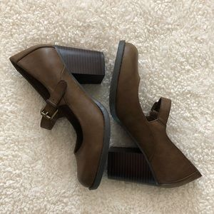 Buckle strap brown heels